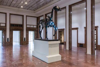Hans Haacke: Gift Horse, 2015 Haus der Kunst 2017 Installationsansicht / Installation view Photo: Maximilian Geuter © VG Bild-Kunst, Bonn