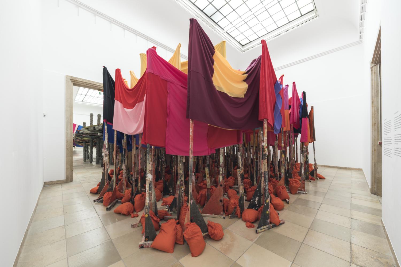 Phyllida Barlow. frontier, Installationsansicht, Haus der Kunst, 2021. Foto: Maximilian Geuter