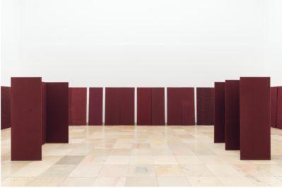 Raumelemente (1973), Franz Erhard Walther. Shifting Persepectives Ausstellungsansicht / Exhibition view. Haus der Kunst. 2020. Foto: Maximilian Geuter