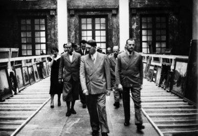 """Auswahl der Werke für die """"Große Deutsche Kunstausstellung"""" 1938 durch Adolf Hitler und Karl Kolb (rechts) © Bayerische Staatsbibliothek München/Bildarchiv"""
