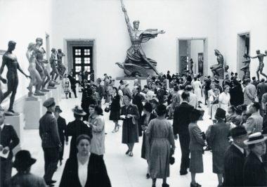 """Große Deutsche Kunstausstellung"" 1940. Hall of Sculpture in the east wing of the building. In the background: Adolf Wamper's ""Genius des Sieges"" [Genius of Victory] © Zentralinstitut für Kunstgeschichte, Photothek"