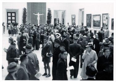 """""""Große Deutsche Kunstausstellung"""" 1940, Malersaal im Westflügel des Gebäudes. Im Hintergrund """"Frauenakt"""" von Josef Thorak © Zentralinstitut für Kunstgeschichte, Photothek"""