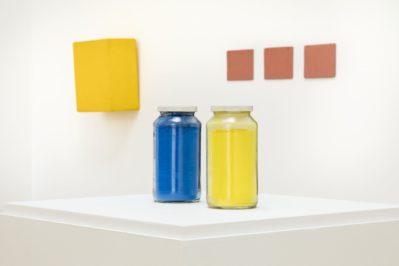 Gelb und Blau, 1963, Franz Erhard Walther. Shifting Perspectives Ausstellungsansicht / Exhibition view, Haus der Kunst, 2020, Photo: Markus Tretter