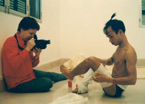"Veronika Radulovic und Truong Tan, kurz vor dessen Performance ""Me"" in der Hang Chuoi, Hanoi, 1996  Foto: Nguyen Quang Huy"