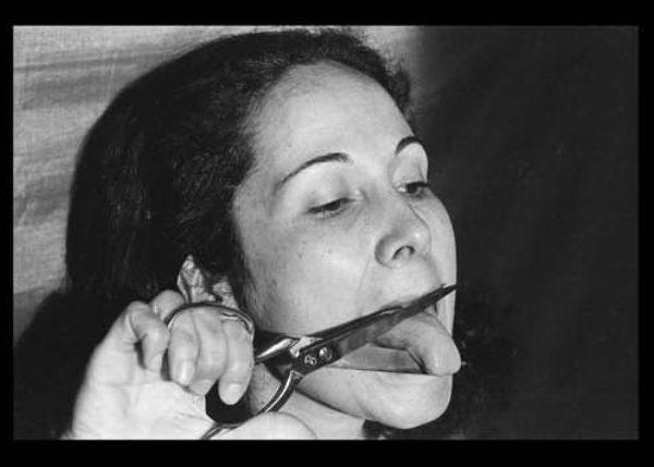 Anna Maria Maiolino, E' o que sobra (und was übrig ist), 1974, aus der Serie Fotopoemação (Foto-Gedicht-Aktion), 1973-2017