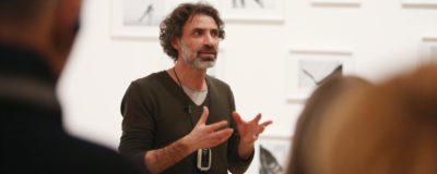 """Rundgang in der Ausstellung """"Hadjithomas & Khalil Joreige: Two Suns in a Sunset"""" mit Rabih Mroué, Foto: Marion Vogel"""