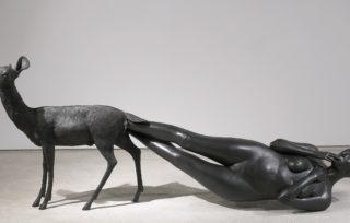 Kiki Smith: Born,  2002. Bronze 99,1 x 256,5 x 61 cm. Foto: Ellen Page Wilson, courtesy Pace Gallery © Kiki Smith, courtesy Pace Gallery