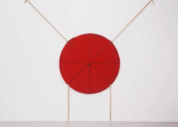 Franz Erhard Walther, Rote Scheibe mit vier Bändern, 1963, Franz Erhard Walther Foundation © VG Bild-Kunst, Bonn 2019