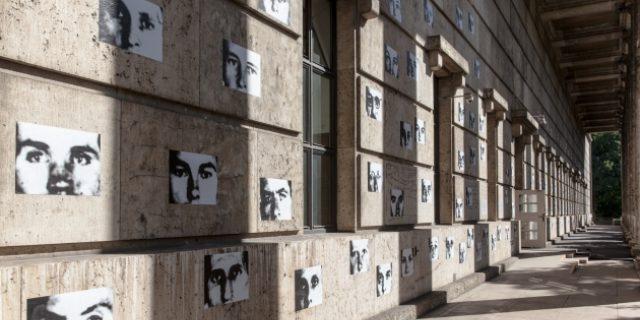"""Christian Boltanski, """"Résistance"""", 1993/94 © VG Bild-Kunst, Bonn, 2015, und Gustav Metzger, """"Travertin/Judenpech"""", 1999 (im Hintergrund), Neuinstallation Haus der Kunst, 2015, Foto Maximilian Geuter <>"""