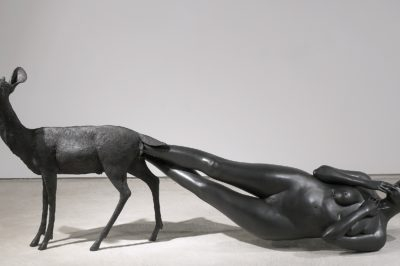 Kiki Smith: Born,  2002. Bronze 99,1 x 256,5 x 61 cm. Foto: Ellen Page Wilson, courtesy Pace Gallery © Kiki Smith, courtesy Pace Gallery