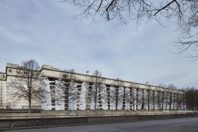 El Anatsui Second Wave, 2019 Installation an der Fassade des Haus der Kunst / Installation for Haus der Kunst's facade Foto: Jens Weber, München