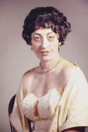 Cindy Sherman, Untitled #361, 2000. Farbfotografie. Courtesy of the artist, Metro Pictures and Sammlung Goetz, München.