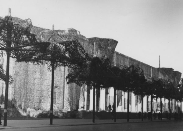 """""""Haus der Deutschen Kunst"""" mit Tarnnetzen, 1943 © Bayerische Staatsbibliothek München/Bildarchiv"""
