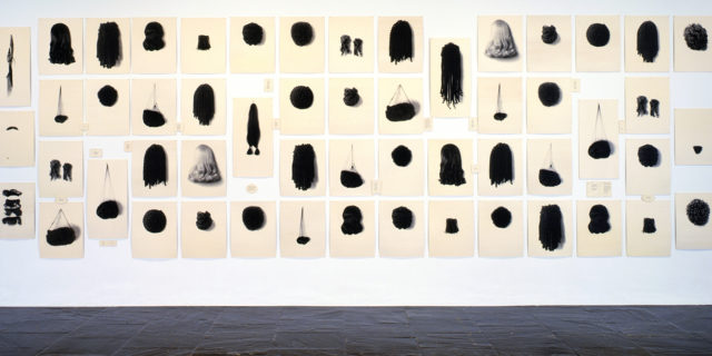 Lorna Simpson Wigs II, 1994-2006 Serigrafie auf 71 Filzpanelen (Bild und Text) 248,9 x 673,1 cm insgesamt Courtesy the artist, Salon 94, New York; and Galerie Nathalie Obadia, Paris / Brussels © Lorna Simpson