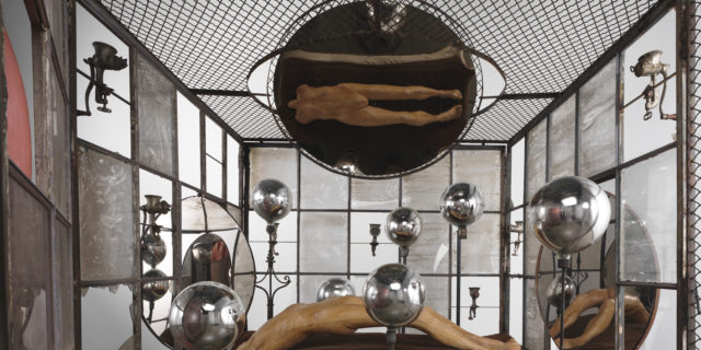 Louise Bourgeois IN AND OUT, 1995 (Detail) Metall, Glass, Gips, Stoff und Kunststoff: 205.7 x 210.8 x 210.8 cm, Skulptur: 195 x 170 x 290 cm, Collection The Easton Foundation. Foto: Christopher Burke, © The Easton Foundation / VG Bild-Kunst, Bonn 2015