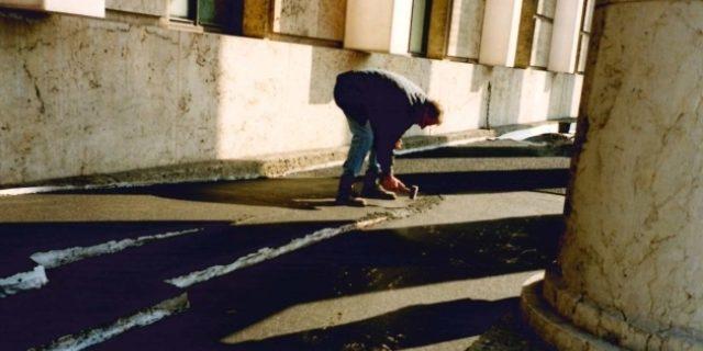 """Installation von Gustav Metzgers """"Travertin/Judenpech"""", 18. März 1999, Foto Kunstraum München"""