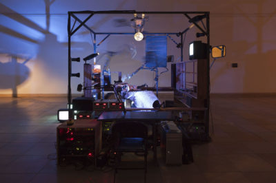 Janet Cardiff & George Bures Miller The Killing Machine, 2007 Installation mit Zahnarztstuhl, S/W Fernsehapparate, Robotertechnik, Pneumatik, Gitarre, Computer, Ton Courtesy Sammlung Goetz Installationsansicht Haus der Kunst, 2012 Foto: Wilfried Petzi, 2012