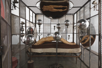 Louise Bourgeois IN AND OUT, 1995 (detail) Metal, glass, plaster, fabric and plastic Cell: 205.7 x 210.8 x 210.8 cm Plastic: 195 x 170 x 290 cm Collection The Easton Foundation Photo: Christopher Burke © The Easton Foundation / VG Bild-Kunst, Bonn 2015