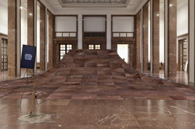 Laure Prouvost DER ÖFFENTLICHKEIT - Von den Freunden Haus der Kunst: We would be floating away from the dirty past Installationsansicht, Haus der Kunst, 2015 Foto: Wilfried Petzi