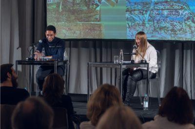 """Luisa Wöllisch und Benito Bause, Lesung aus """"Athosland"""" im Haus der Kunst, 2020, Foto: Maximilian Geuter"""