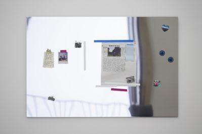 'Manning The Deck', 2020, spiegelnder Edelstahl, Druck auf Zeitungspapier, Papiernotizen, Fotos, Magneten. Zugzwang, Haus der Kunst, München