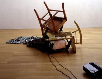 Tony Oursler, Broken, 1994, 1-Kanal-Multimedia-Videoinstallation (Farbe, Ton) Courtesy Sammlung Goetz, Münche